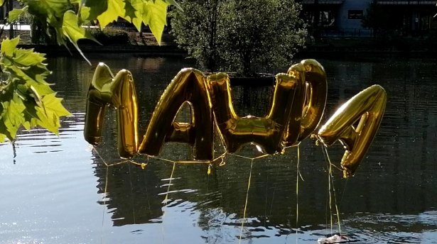 Des ballons arborant le nom de Mawda flottaient au-dessus des étangs d'Ixelles