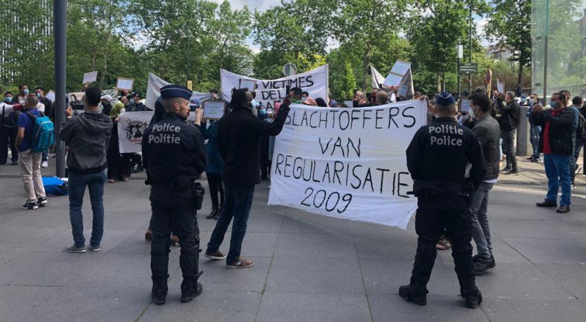 Lundi 25 mai à midi, plus d'une centaine de personnes sans-papiers ont manifesté devant le cabinet de la secrétaire d'Etat à l'Asile et à la Migration Maggie de Block, situé sur le boulevard du Jardin Botanique à Bruxelles. Elles demandait d'être régularisées en urgence étant donné que les mesures anti-coronavirus les maintiennent dans une situation insupportable. La police a dispersé le rassemblement.
