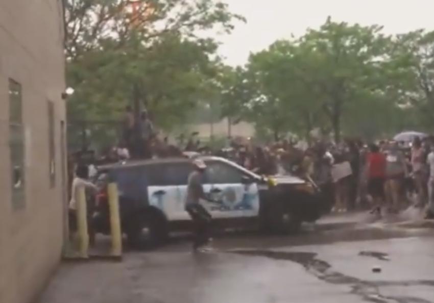 I residenti della rivolta attaccano la macchina della polizia di Minneapolis