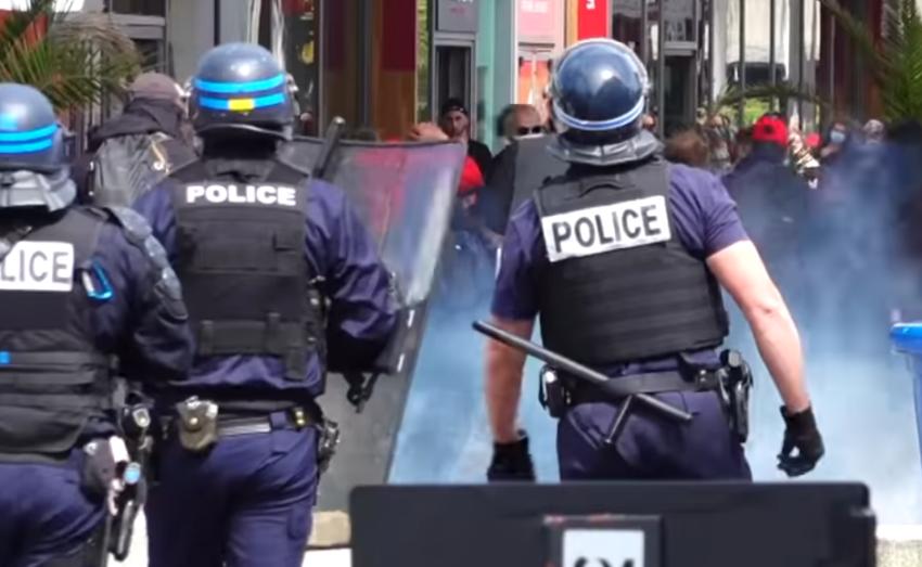 Répression d'une manifestation critiquant la gestion gouvernementale de la crise