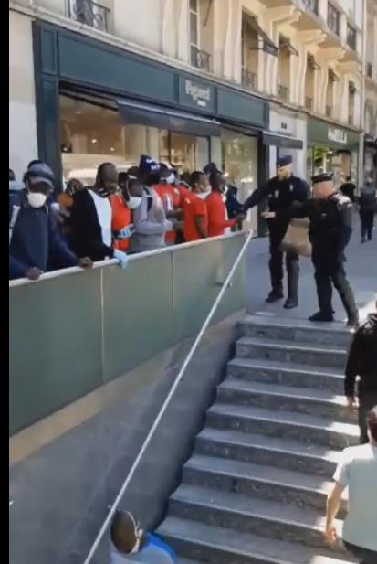 La police séparant les blancs des personnes de couleur à Paris