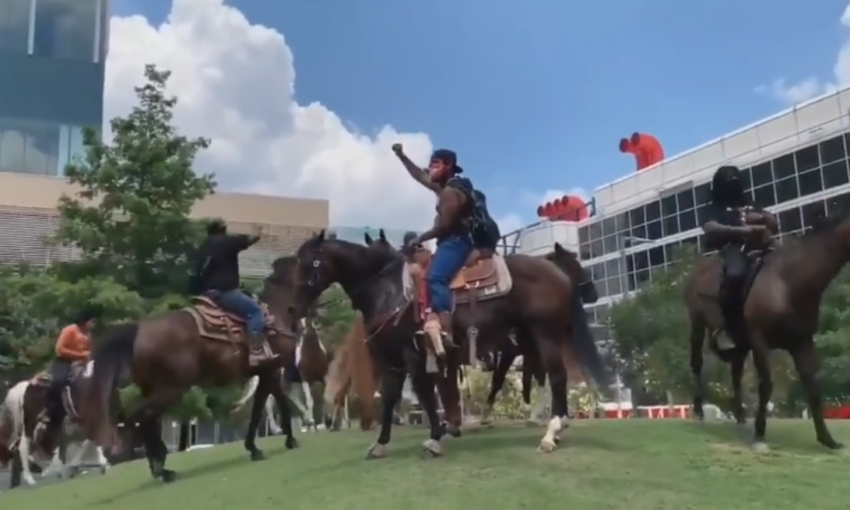 Manifestanti a cavallo negli Stati Uniti