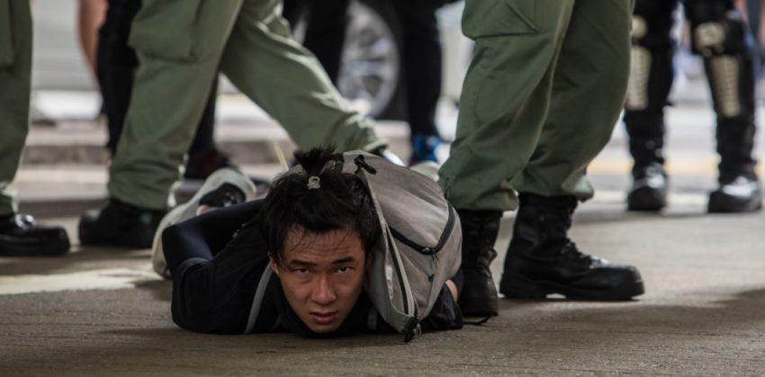 Un manifestant contre la loi sur la sécurité nationale à Hong Kong, arrêté par la police.