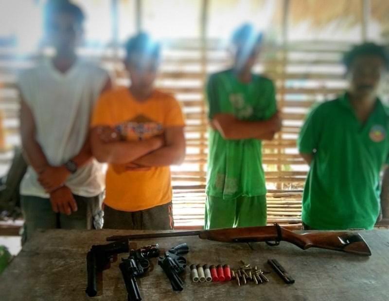 Les quatre arrêtés et le matériel récupéré par les militaires