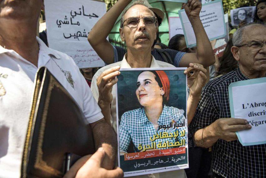 Un manifestant brandit le portrait d'Hajar-Raissouni (archive)