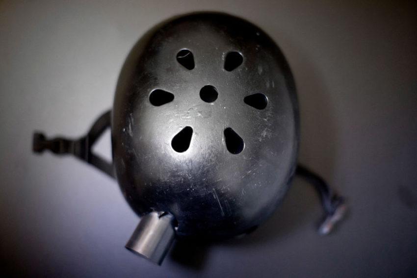 Un casque a sauvé la vie d'un manifestant délibéré touché à la tête par une grenade flash-bang