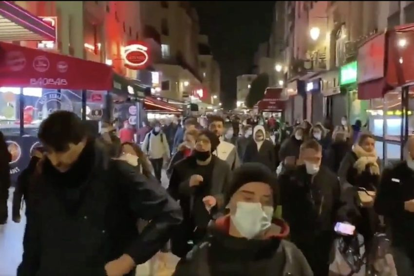 Une manifestation brave le couvre-feu à Paris
