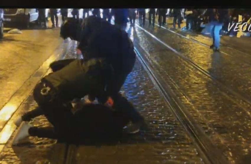 De violentes arrestations avec coups de matraques télescopiques sont en cours.