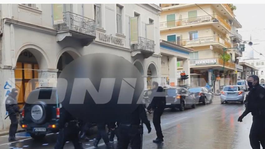 Des militant·es investissent les bureaux de Nouvelle Démocratie et de la région Grèce occidentale pour soutenir Dimitris Koufontinas