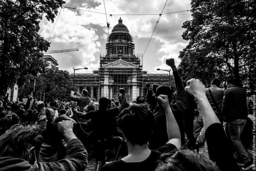 Rassemblement pour soutenir la Légal Team Collective en procès (crédit photo Krasnyi Collective)
